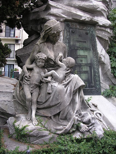 Statue of woman with children. Photo via photopin.com
